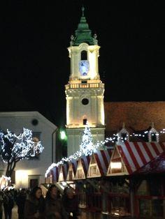Weihnachtsmarkt - abends in Bratislava Bratislava, Malta, San Francisco Ferry, Christmas Tree, Holiday Decor, Building, Travel, Europe, Cyprus