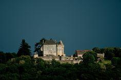 Un soir d'orage, ciel foncé mais le château recevait un peu de la lumière du soleil de fin de journé