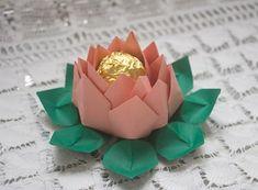 Forminha de doces apresentada em origami flor de lótus