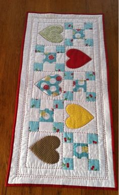 Candy Hearts Table Runner Tutorial | what will i do next Small Quilt Projects, Quilting Projects, Sewing Projects, Table Runner Tutorial, Table Runner Pattern, Table Runner And Placemats, Quilted Table Runners, Small Quilts, Mini Quilts