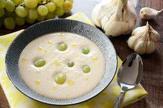 L'Ajo blanco, soupe d'origine espagnole à base d'ail, d'amandes mondées, de mie de pain et huile d'olive qui se consomme glacée avec des grains de raisins. Olives, Cheeseburger Chowder, Camembert Cheese, Moment, Garlic, White People, Cooking Recipes