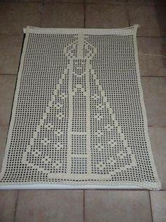 tapete lindo de Nossa Senhora Aparecida, produzo em barbante e em diversas cores (mas o branco e o crú ficam mais lindos não é mesmo?) Tamanho: 56 x 80 (LxC) Acima de 3 unidades FRETE COM 50 DE DESCONTO! Crochet Quilt, Crochet Blocks, Crochet Squares, Thread Crochet, Filet Crochet, Crochet Doilies, Crochet Top, Crochet Patterns, Pink Eyeshadow Look