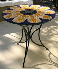 Nice idea for a mosaic table. (Use each petal to represent individual grandchildren and friends) Mosaic Diy, Mosaic Crafts, Mosaic Projects, Mosaic Glass, Mosaic Tiles, Glass Art, Classroom Auction Projects, Art Auction Projects, Class Art Projects