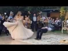 'Noivo mágico' faz sucesso com truque na festa de casamento!