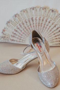 dd0ff21052 El glitter y los acabados metalizados son una tendencia esta tempoarada en  zapatos de novia.