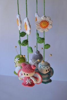 EEK! This is so cute! Baby mobile with crochet amigurumi
