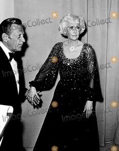 Academy Awards / Oscars William Holden and Barbara Stanwyck 1978 Nate Cutler/Globe Photos, Inc. The Wild Bunch, Oscar Fashion, Go To Movies, Barbara Stanwyck, Academy Awards, Tv, Celebrity Pictures, First World, Movie Stars