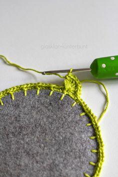 Or add crochet and beads? Crochet on Felt - Tutorial Crochet Diy, Love Crochet, Crochet Crafts, Yarn Crafts, Felt Crafts, Crochet Borders, Crochet Stitches, Crochet Patterns, Yarn Projects