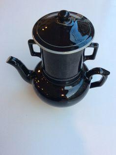 musta keraaminen teekannu . irroitettava haudatusosa . kokonaiskorkeus 24cm