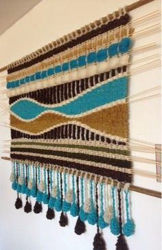 Telaresytapices .... Maria Elena Sotomayor : Verano, colores, alegría Pin Weaving, Finger Weaving, Tapestry Weaving, Loom Weaving, Weaving Wall Hanging, Macrame Design, Macrame Projects, Fabric Art, Sewing Patterns