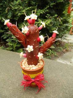 Cactus from salami lustig - Modern Cactus Craft, Cactus Cactus, Edible Crafts, Navidad Diy, Christmas Diy, Christmas Ornaments, Diy Weihnachten, Diy Gifts, Diy And Crafts
