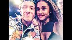 Dawid razem z Ariana robią sobie selfi na gali MTV EMA 2014 Glasgow