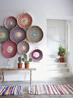 Kolorowe talerze na ścianie