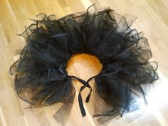 diy tutu - this one's actually poofy and not limp! Totally going to make this and prance around the house cause every girl needs a tutu Fall Halloween, Happy Halloween, Halloween Party, Halloween Gourds, Halloween Ideas, Diy Tutu, Tulle Tutu, Black Swan Kostüm, Diy Costumes