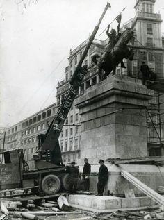 Colocando la estatua del Cid en la plaza de España