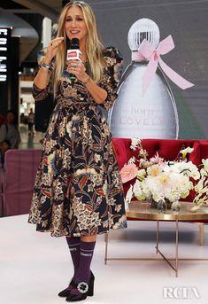 Sarah Jessica Parker Print Dress - Sarah Jessica Parker kept it ladylike in a printed midi dress by Ulla Johnson for a fan event at Highpoint Shopping Centre in Melbourne, Australia. Parker Coat, Celebrity Style Guide, Sarah Jessica Parker, Carrie Bradshaw, Celebrity Dresses, Red Carpet Fashion, Style Guides, Nice Dresses, Autumn Fashion