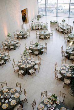 How to Create The Perfect Wedding Seating Plan - Poptop Event Planning Guide Wedding Table Layouts, Wedding Top Table, Space Wedding, Wedding Themes, Wedding Events, Round Table Decor Wedding, Wedding Table Arrangements, Black Tablecloth Wedding, Diy Wedding