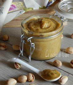 Crema spalmabile di pistacchio con Bimby e senza, facilissima da fare, con cioccolato bianco, cremosa e dal sapore delicato. Da gustare sul pane o nei dolci