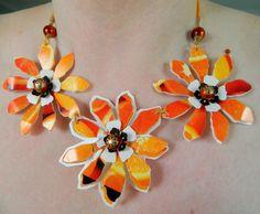collar de flores anaranjadas cortadas de tetrapak... me encanta!