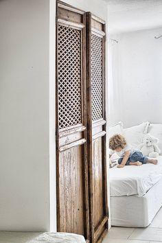 RISTRUTTURAZIONE: una casa da monte affacciata sul lago : Stanza dei bambini in stile rustico di STUDIO PAOLA FAVRETTO SAGL - INTERIOR DESIGNER