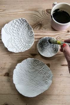 DIY lace bowls make a delicate homemade gift Diy Clay, Clay Crafts, Fun Crafts, Clay Projects, Diy Projects To Try, Clay Christmas Decorations, Clay Bowl, Paperclay, Air Dry Clay