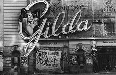 Foto de la fachada del Palacio de la música donde se estrenó Gilda en Madrid con el autógrafo a Enrique Herreros. Por ABC