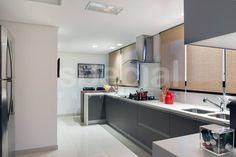 Cozinha cinza contemporânea com toque rústico