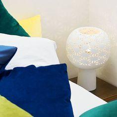 Porseleinen tafel lamp Ball Tower van Pols Potten, brengt sfeervol licht in het interieur. De design tafel lamp is een ontwerp van Pols Potten Studio.