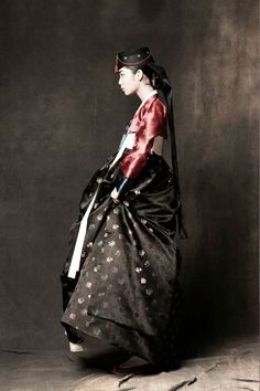 Unlike the well known Japanese kimono and Chinese qipao, the Korean hanbok has enjoyed little recognition, especially in western circles, until recent years. Hanbok in Korean literally means Korean Traditional Dress, Traditional Fashion, Traditional Dresses, Korean Dress, Korean Outfits, Ethnic Fashion, Asian Fashion, Costume Tribal, Modern Hanbok