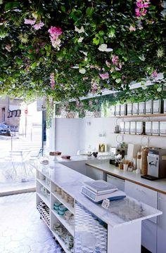 Des fleurs au plafond