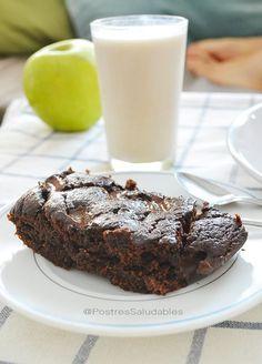 Brownie de banano saludable 2 bananos ( platanos, cambur, guineo, banana, etc) 1 huevo 3 cdas de leche desnatada o vegetal -almendras, avellanas, arroz, avena, etc.- 2 cditas de polvo de hornear 2 cdas de cacao desgrasado y sin azúcares añadidos 4 cdas de harina de garbanzo -avena, harina integral, o cualquier otra harina saludable que utilices-. 1 cdita de vainilla líquida 2 cuadritos de chocolate para fundir 1 g d steiva