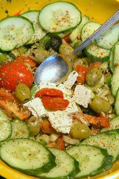 Siempre es un placer tener una buena ensalada con cualquier comida y cuando se trata de una variedad diferente de lo habitual, como una receta de ensalada griega, y entonces es muy especial.