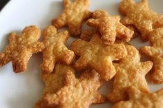 mamacook: Little Gold Men! (Or cheese biscuits) for babies, toddlers and adults Savoury Biscuits, Cheese Biscuits, Savoury Pies, Cheddar Biscuits, Baby Food Recipes, Snack Recipes, Cooking Recipes, Savoury Recipes, Appetizer Recipes