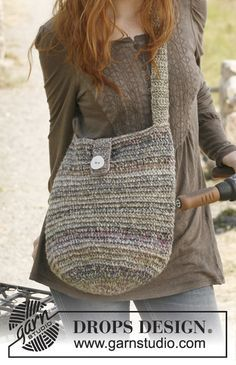 """Rondo / DROPS - Free crochet patterns by DROPS Design DROPS bag in """"Delight"""" and """"Cotton Light"""". Free patterns by DROPS Design. Always wanted to learn how to knit, however no. Free Crochet Bag, Crochet Purse Patterns, Crochet Market Bag, Crochet Shell Stitch, Crochet Tote, Crochet Handbags, Crochet Purses, Knitting Patterns, Beaded Crochet"""