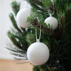 The stunning, white Nobili deco baubles by Kähler are made of ceramics and have a sparkling glaze.
