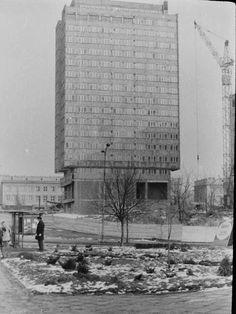 Budowa budynku rektoratu UMCS (fot. Janusz Cichy, ok. 1978) Ppr, World Photo, Skyscraper, City Photo, Period, Cities, Building, Photos, Historia