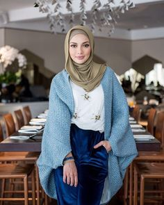 Neelofa Nothing beats prayer and hard work, salam Jumaat everyone ❤ Major love the new Swarovski Winter 2016 Collection! Source by outfits hijab Hijab Casual, Hijab A Enfiler, Hijab Stile, Hijab Chic, Unique Fashion, Modern Hijab Fashion, Hijab Fashion Inspiration, Modest Fashion, Look Fashion