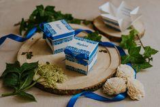 Szatén szalagos masnival díszített, elegáns, barokk mintás esküvői meghívó. A tetőt levéve szétnyílik a dobozka és belül olvasható a meghívó szövege. #dobozosmeghívó #esküvőimeghívó #meghívó #kreatívcsiga #weddinginvitation #wedding #invitation #lace #csipkésesküvőimeghívó #bluewedding #kékesküvő Place Cards, Place Card Holders