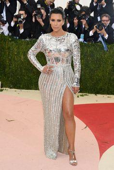 Pin for Later: Les Stars Se Mettent Sur Leur 31 Pour la Soirée la Plus Mode de L'année Kim Kardashian Portant une tenue signée Balmain.