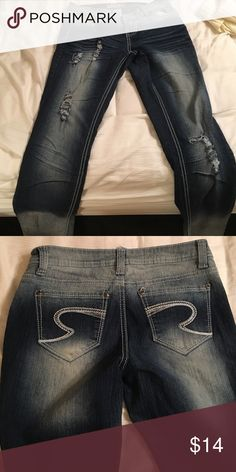Two toned ripped jeans Almost new ripped navy and faded jeans the butt fits tight to give you a lifting effect. NOT AEROPOSTALE Aeropostale Jeans Skinny