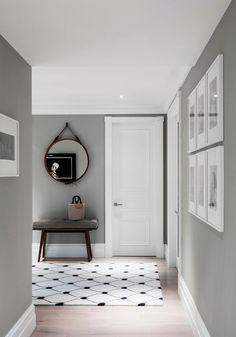 Pasillo en color gris con aberturas en color blanco