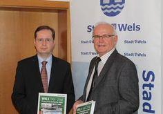 Stadtarchivleiter Michael Kitzmantel und Bürgermeister Peter Koits mit dem druckfrischen Buch 'Wels 1964 bis 2014'.