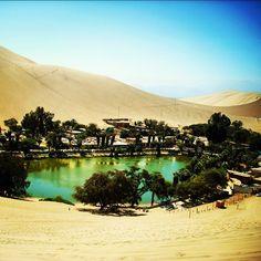 Huacachina - (Peru)  No meio de muita areia existe um oásis lindo. Cerca de 100 pessoas vivem nesse lugar. Consegue imaginar um recanto melhor para ficar em paz e descansar?  #travel #traveling #visiting #instatravel #instago #instagood #trip #photooftheday #travelling #tourism #tourist #instapassport #instatraveling #mytravelgram #travelgram #travelingram #gootur #viagem #voegootur