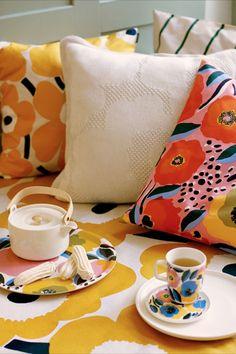 Marimekko Oiva Rosarium Becher Liter F/S 20 Marimekko, Haida Art, Textile Patterns, Floral Patterns, African Textiles, Japanese Patterns, Illuminated Letters, Aboriginal Art, Textile Artists