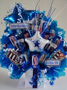 Great elements- star balloons, ribbon, star garland, the 2 kinds of cello and the spray. Candy Arrangements, Candy Centerpieces, Candy Bouquet Diy, Gift Bouquet, Graduation Party Decor, Graduation Gifts, Edible Bouquets, Edible Crafts, Candy Crafts