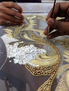 Learn how to embroider beads like this from experts who work for. Learn how to embroider beads like this . Tambour Beading, Tambour Embroidery, Couture Embroidery, Ribbon Embroidery, Embroidery Stitches, Embroidery Designs, Couture Beading, Bead Embroidery Patterns, Bordados Tambour