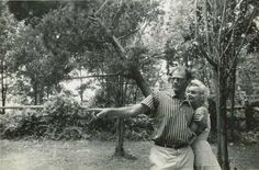 1957 Marilyn et Arthur dans une prairie par Sam Shaw - Divine Marilyn Monroe Young Marilyn Monroe, Marylin Monroe, Golden Age Of Hollywood, Old Hollywood, Connecticut, Becoming An Actress, Norma Jeane, Life Magazine, The Ordinary