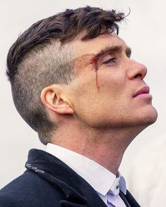 Discover here cool haircuts for men John Shelby Peaky Blinders, Peaky Blinders Poster, Peaky Blinders Wallpaper, Peaky Blinders Series, Cillian Murphy Peaky Blinders, Peaky Blinder Haircut, Alfie Solomons, Castle Tattoo, Tom Hardy