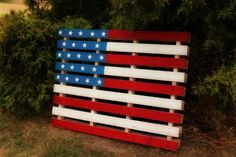I love this palette flag. It's just one of ten DIY decor ideas here for Independence Day. Fourth Of July Decor, 4th Of July Decorations, 4th Of July Party, July 4th, Birthday Decorations, Pallet Flag, Pallet Art, Pallet Ideas, Pallet Boards