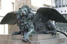 esta escultura encontra-sem em veneza, símbolo da libertação vêneta do império austro-húngaro